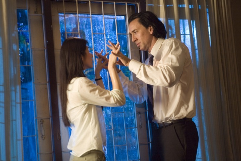 Charlie Yeung e Nicolas Cage in una scena del film Bangkok Dangerous