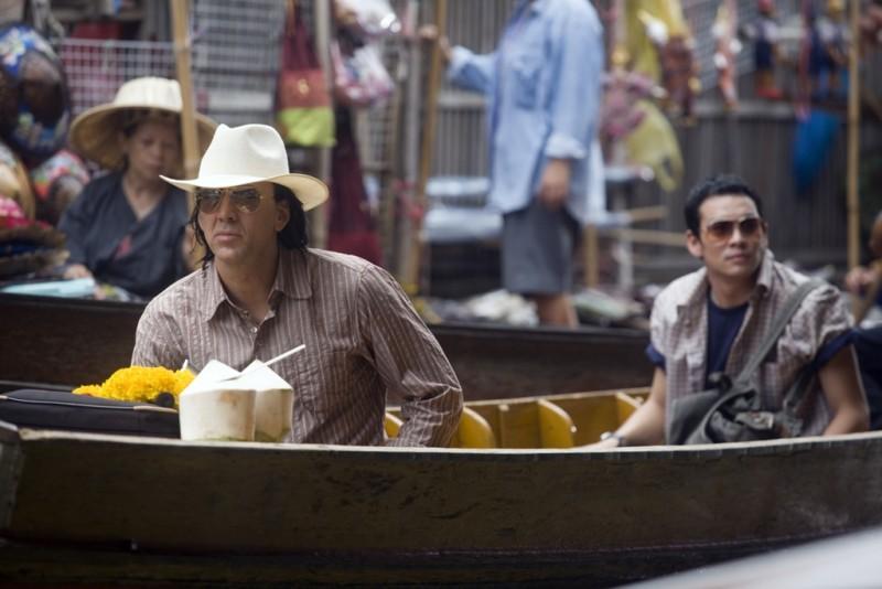 Nicolas Cage e Shahkrit Yamnarm in una sequenza del film Bangkok Dangerous