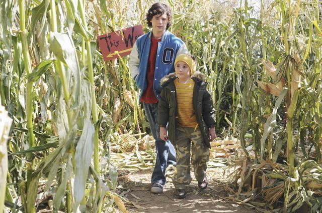 The Middle: Charlie McDermott ed Atticus Shaffer in una scena dell'episodio Thanksgiving