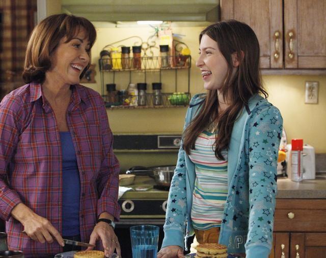 The Middle: Eden Sher e Patricia Heaton in un momento dell'episodio The Jeans