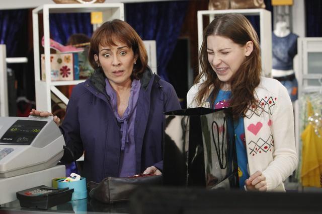 The Middle: Eden Sher e Patricia Heaton nell'episodio The Jeans