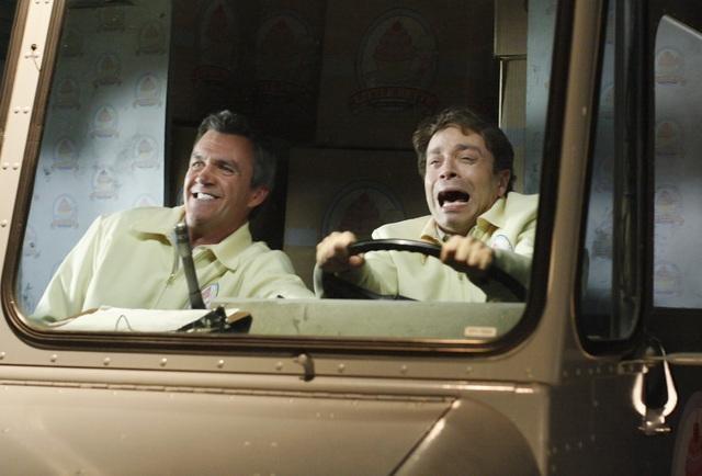The Middle: Neil Flynn e Chris Kattan in una scena dell'episodio The Yelling