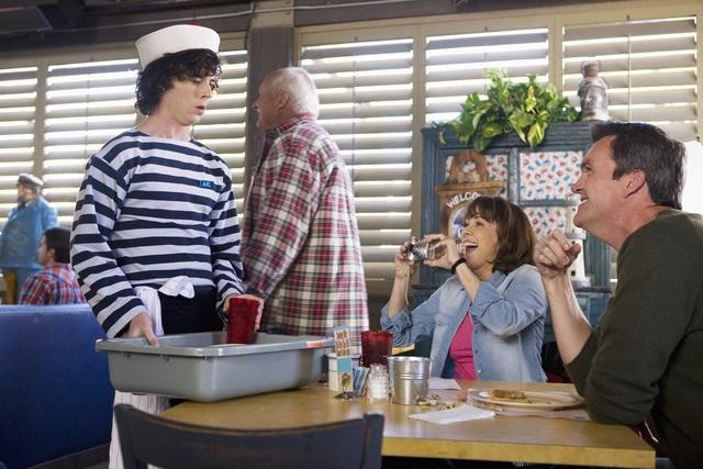 The Middle: Patricia Heaton, Neil Flynn e Charlie McDermott nell'episodio Christmas