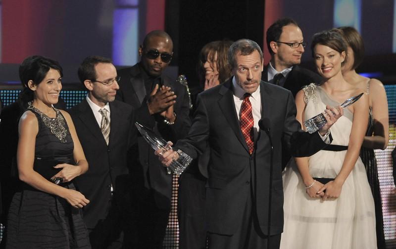 Hugh Laurie e il cast della serie Dr House: Medical Division ricevono il premio come 'Migliore serie drammatica' ai PCA 2010