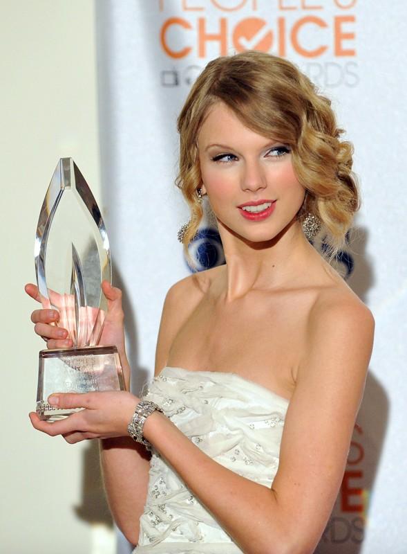 La bellissima Taylor Swift mostra il suo premio come Miglior cantante femminile