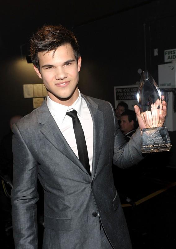Taylor Lautner mostra il suo premio come Breakout Movie Actor
