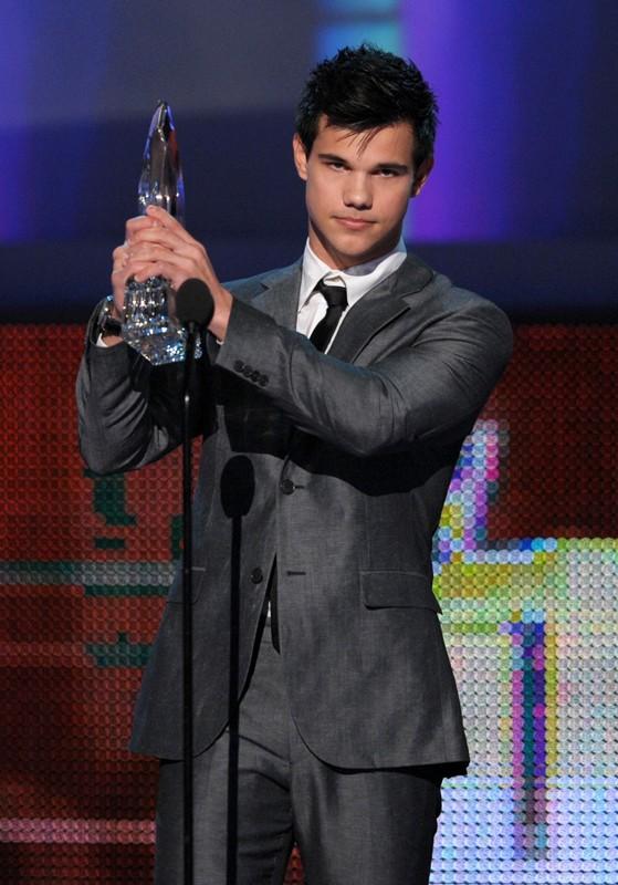 Taylor Lautner si aggiudica il premio come 'Miglior attore emergente' ai People's Choice Awards 2010