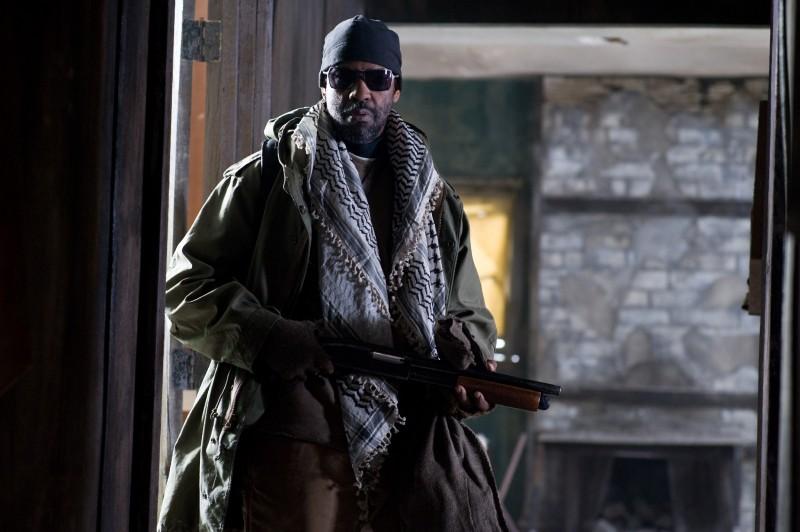 Denzel Washington armato per combattere in un'immagine tratta dal film Codice Genesi