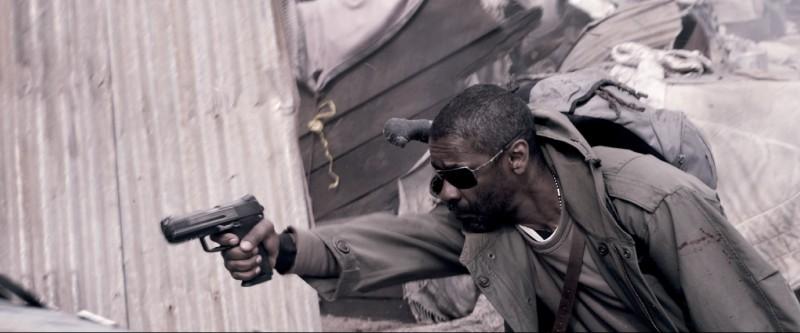 Denzel Washington combatte per la salvezza nel film Codice Genesi