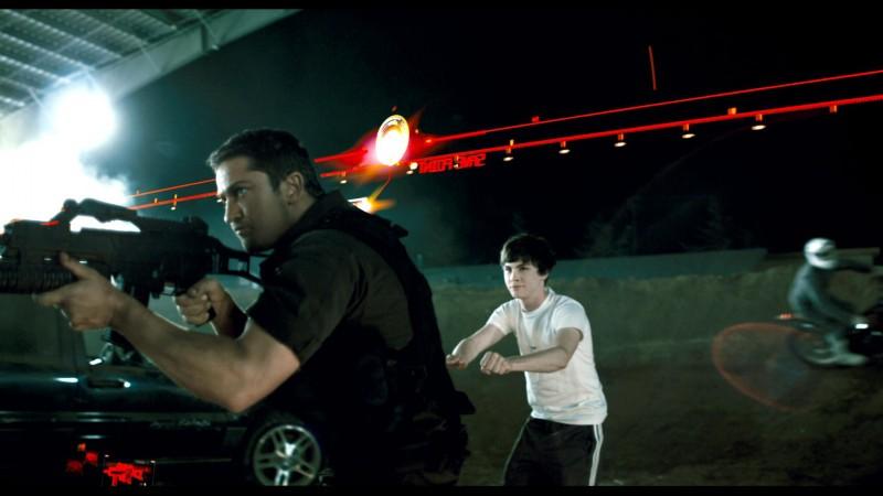 Gerard Butler e Logan Lerman in una scena del film Gamer