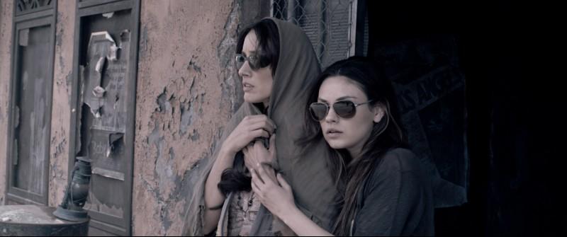 Jennifer Beals e Mila Kunis in una scena del film Codice Genesi