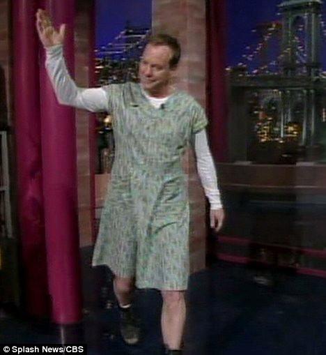 Kiefer Sutherland saluta il pubblico vestito da donna al Letterman Show