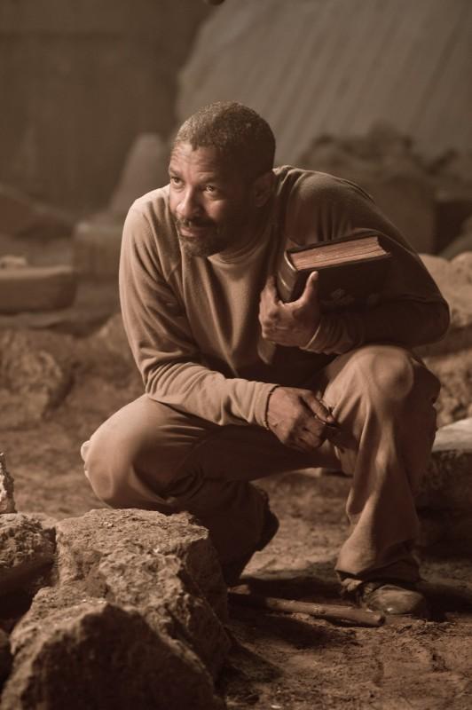 L'attore Denzel Washington in una scena di Codice Genesi