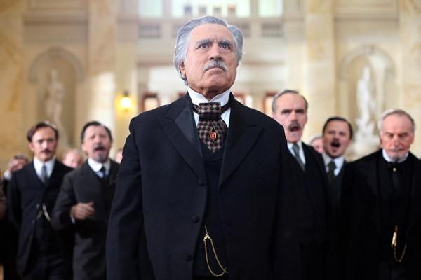 Lando Buzzanca in una scena della fiction Lo scandalo della Banca Romana