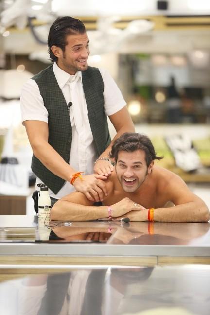 GF10, un massaggio per George e Mauro