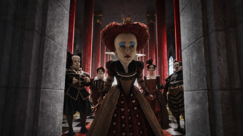 Helena Bonham Carter in una scena del film Alice in Wonderland, diretto da Tim Burton