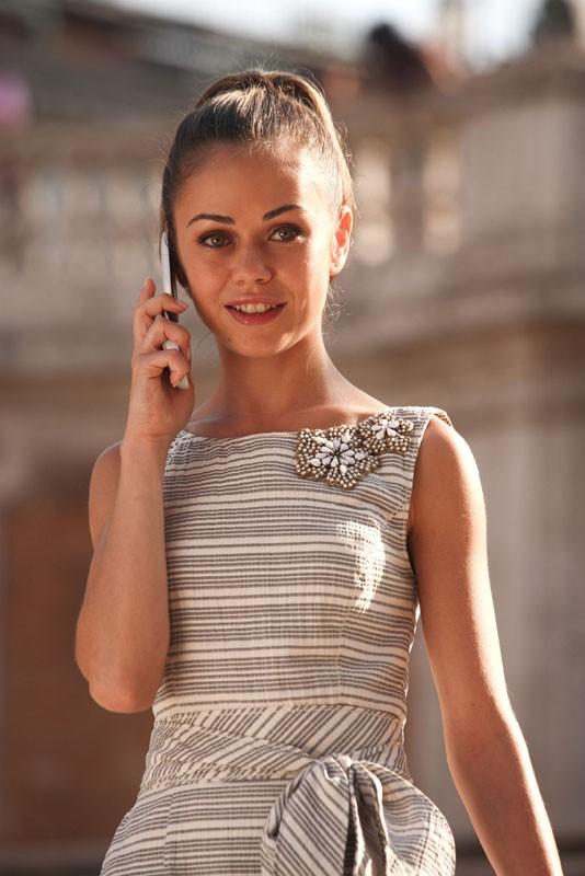 Joan (Alexis Dziena) al cellulare in una scena del film La Fontana dell'amore