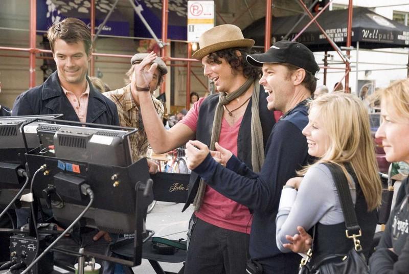 Josh Duhamel, Will Arnett, Mark Steven Johnson e Kristen Bell sul set del film When in Rome
