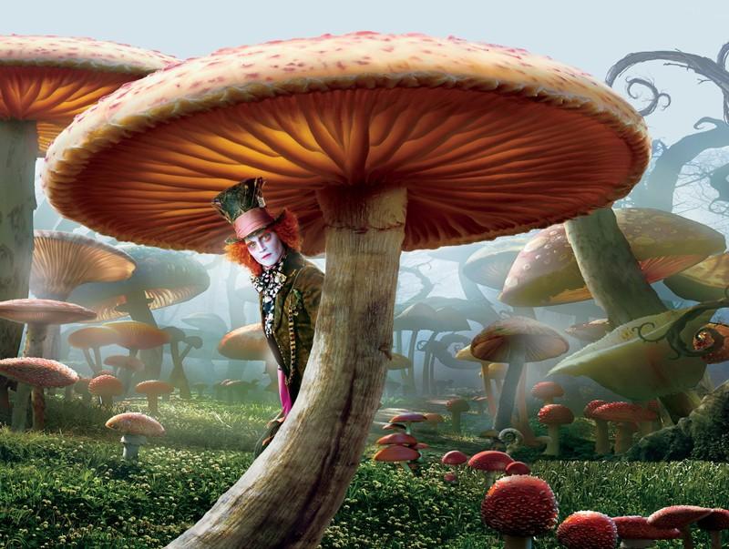 Una immagine promozionale del film Alice in Wonderland con il Cappellaio Matto (Johnny Depp)