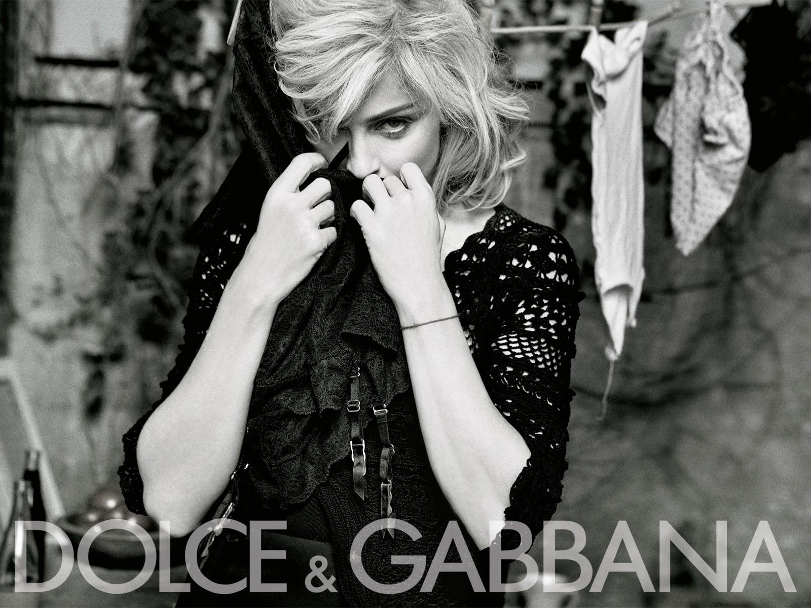 Wallpaper: Madonna alle prese con il bucato in una foto della campagna pubblicitaria di Dolce e Gabbana (2009-10)