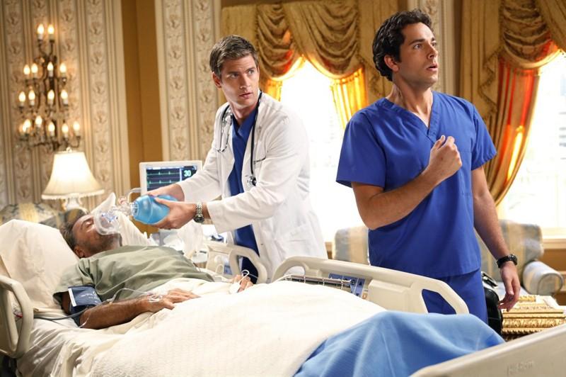 Armand Assante, Ryan McPartlin e Zachary Levi in una scena dell'episodio Chuck Vs. The Angel de la Muerte