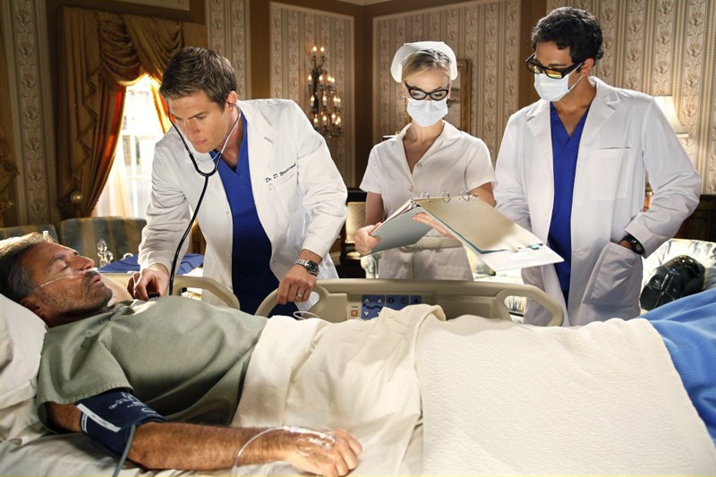 Armand Assante, Ryan McPartlin, Yvonne Strahovski e Zachary Levi nell'episodio Chuck Vs. The Angel de la Muerte
