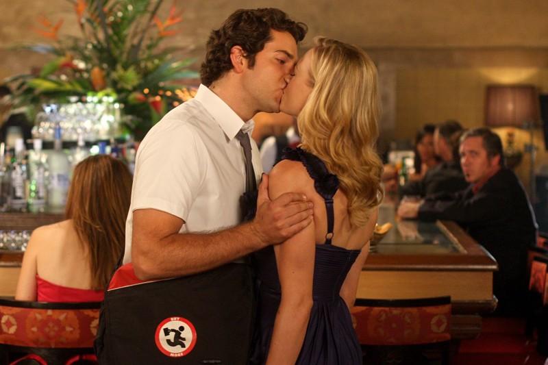 Chuck (Zachary Levi) bacia Sarah (Yvonne Strahovski) nell'episodio Chuck Vs the Pink Slip