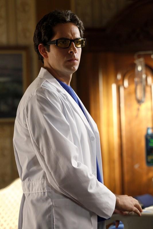 Chuck (Zachary Levi) diventa dottore nell'episodio Chuck Vs. The Angel de la Muerte