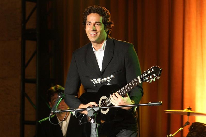 Chuck (Zachary Levi) si esibisce suonando la chitarra in una scena dell'episodio Chuck Vs the Pink Slip