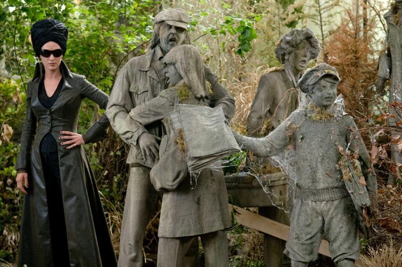 Medusa (Uma Thurman) ed alcune persone pietrificate in una scena del film Percy Jackson e gli dei dell'Olimpo: Il ladro di fulmini