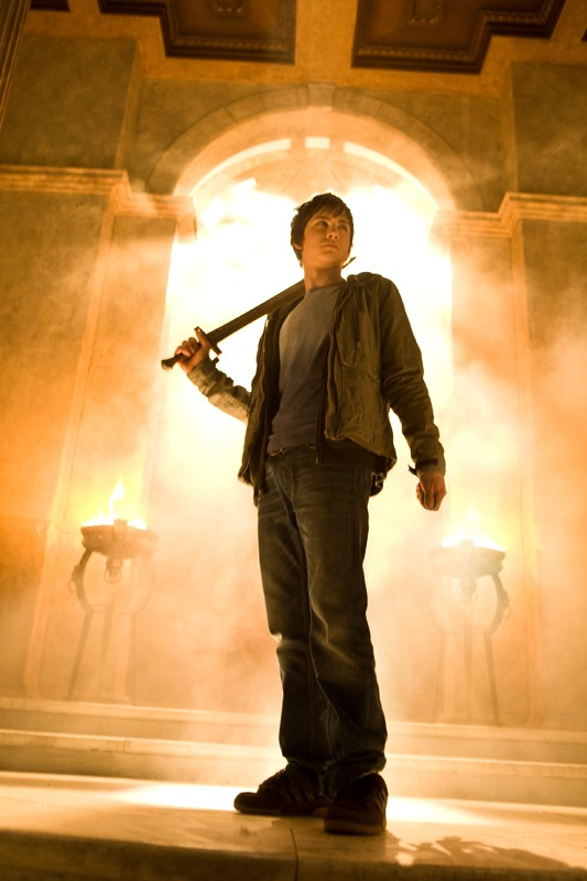 Percy (Logan Lerman) e la sua spada in una scena del film Percy Jackson e gli dei dell'Olimpo: Il ladro di fulmini