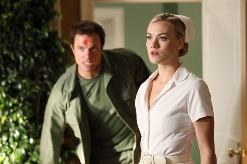 Sarah (Yvonne Strahovski) con alle spalle Casey (Adam Baldwin) nell'episodio Chuck Vs. The Angel de la Muerte
