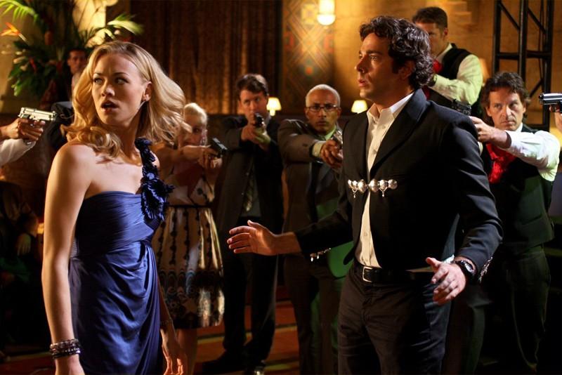 Sarah (Yvonne Strahovski) e Chuck (Zachary Levi) sono circondati in una scena dell'episodio Chuck Vs the Pink Slip