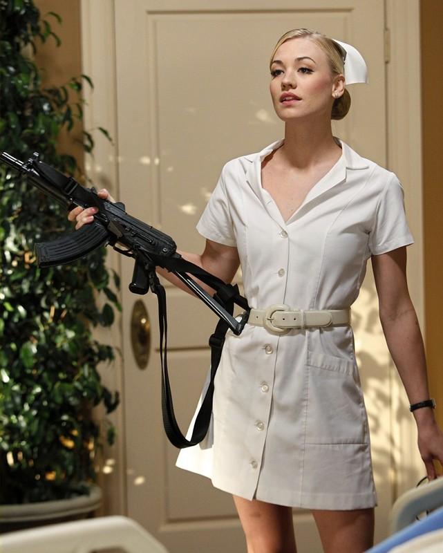 Sarah (Yvonne Strahovski) è un'infermiera armata di mitra nell'episodio Chuck Vs. The Angel de la Muerte