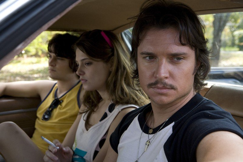 Shiloh Fernandez, Ashley Greene e Heath Freeman in auto in una scena del film Skateland
