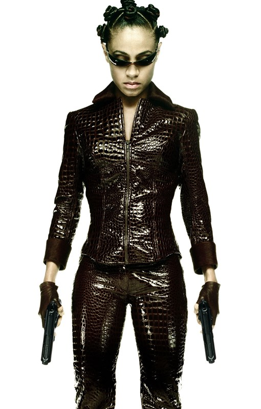 Un'immagine promozionale di Matrix Reloaded con Niobe (Jada Pinkett Smith)