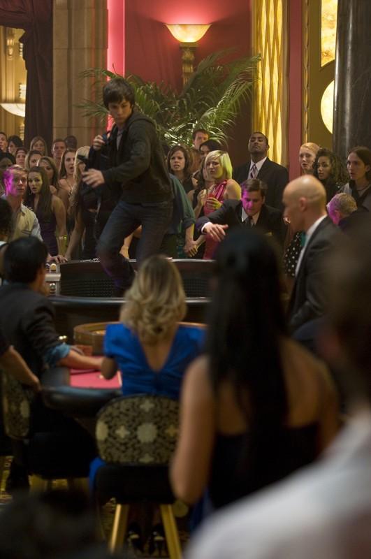 Una scena del film Percy Jackson e gli dei dell'Olimpo: Il ladro di fulmini con Percy (Logan Lerman)