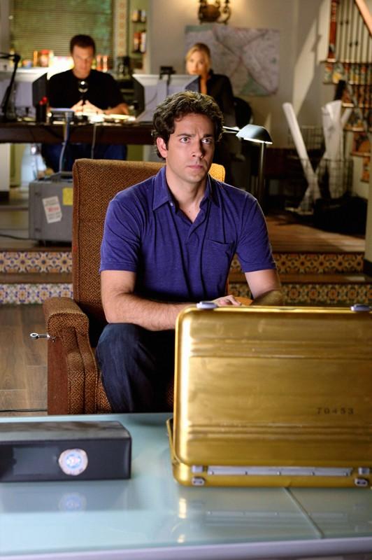 Zachary Levi con alle spalle Yvonne Strahovski ed Adam Baldwin nell'episodio Chuck Vs. The Three Words