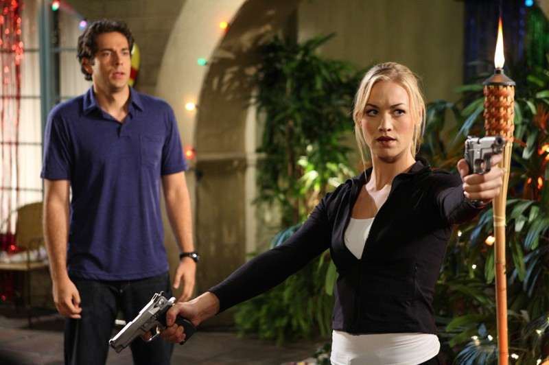 Zachary Levi ed Yvonne Strahovski in una scena d'azione dell'episodio Chuck Vs. The Three Words