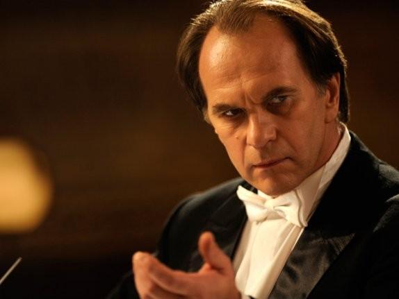 Aleksei Guskov in un primo piano tratto dal film Il concerto