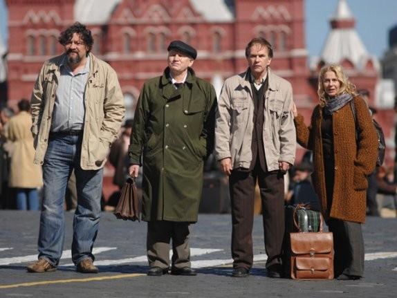 Dmitri Nazarov, Valeriy Barinov, Aleksei Guskov e Miou-Miou in una scena del film Il concerto