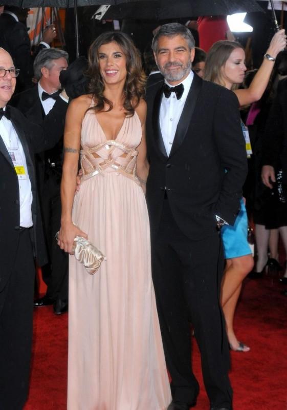 George Clooney, accompagnato da Elisabetta Canalis, sul tappeto rosso dei 67° Golden Globes (2010)
