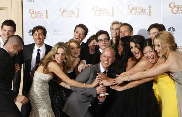 Ryan Murphy con il cast di Glee, miglior Comedy Series ai Golden Globes (2010)