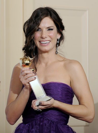 Sandra Bullock posa con il suo premio per The Blind Side ai Golden Globes 2010