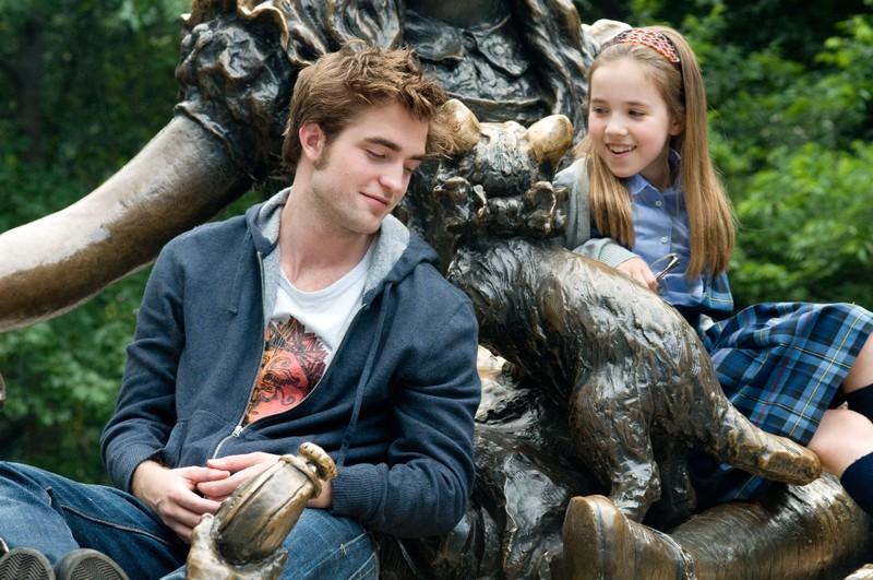 Tyler (Robert Pattinson) e la piccola Caroline (Ruby Jerins) in una scena del film Remember Me