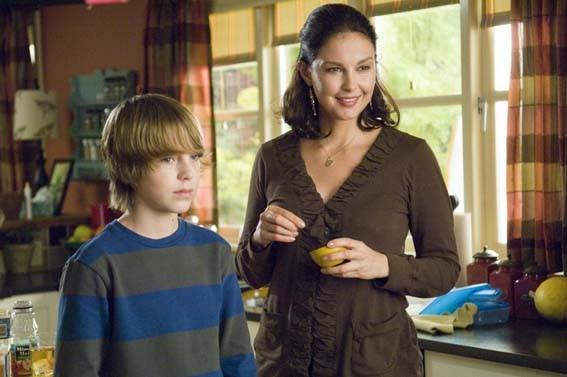 Chase Ellison e Ashley Judd in una scena di The Tooth Fairy