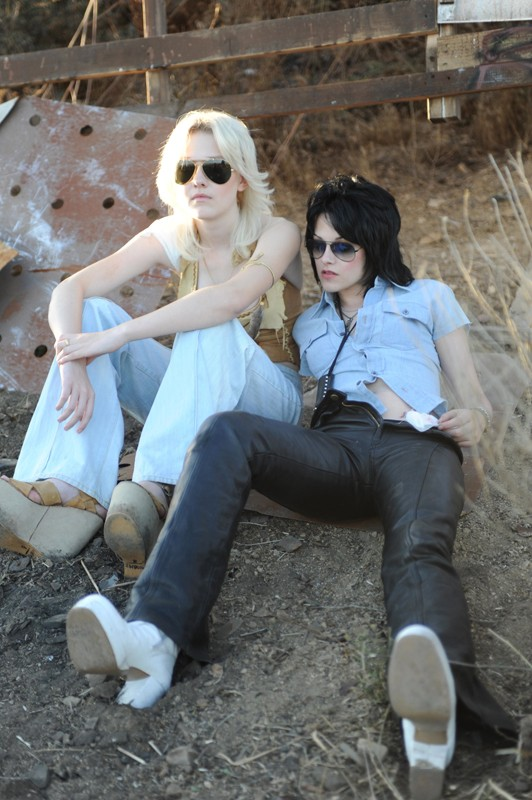 Dakota Fanning e Kristen Stewart in una prima immagine di scena del film The Runaways