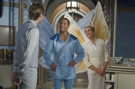 Dawyne Johnson insieme a Julie Andrews in una scena di The Tooth Fairy