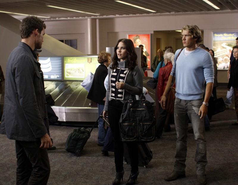 Julian (Austin Nichols) incontra Brooke (Sophia Bush) e Alexander Coyne (Mitch Ryan) all'aereoporto nell'episodio Weeks Go By Like Days di One Tree Hill