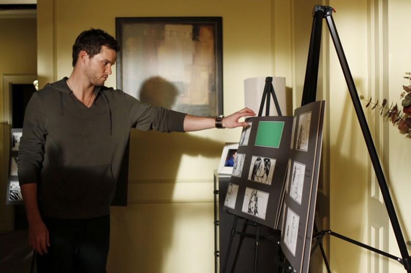 Julian (Austin Nichols) osserva le bozze per il suo film nell'episodio Weeks Go By Like Days di One Tree Hill